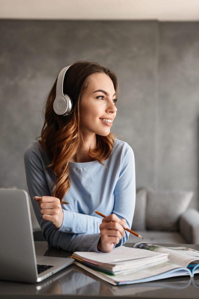 portrait of a pretty young woman in headphones PAUMKWS